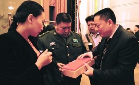 香木海董事长谭伟中向毛新宇将军介绍安化黑茶